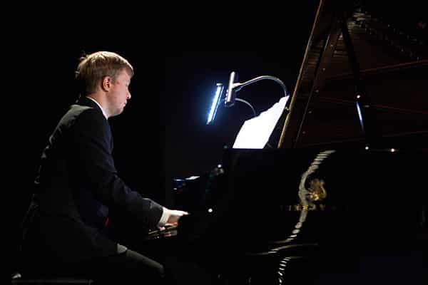 Interpretacje muzyczne Rafała Kowalczyka wtrakcie wieczoru autorskiego Moniki Marin wfilharmonii wSzczecinie